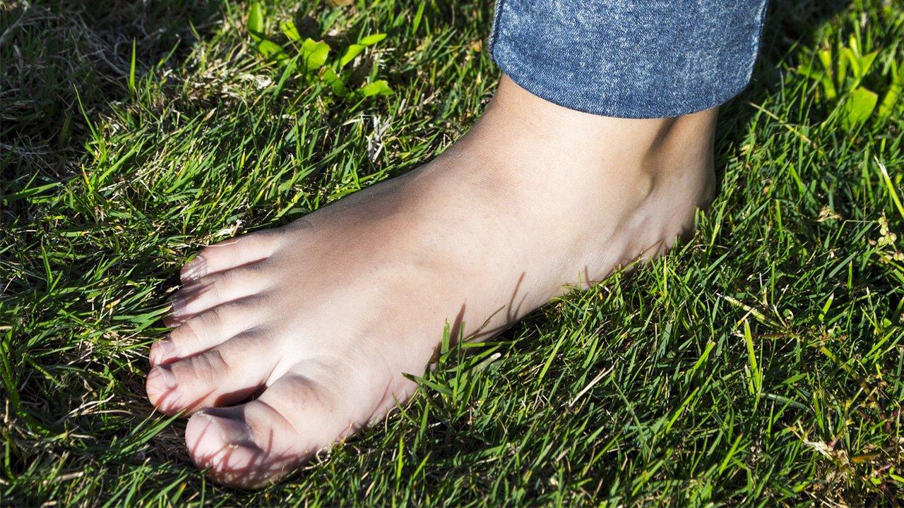 Barfuß im Gras