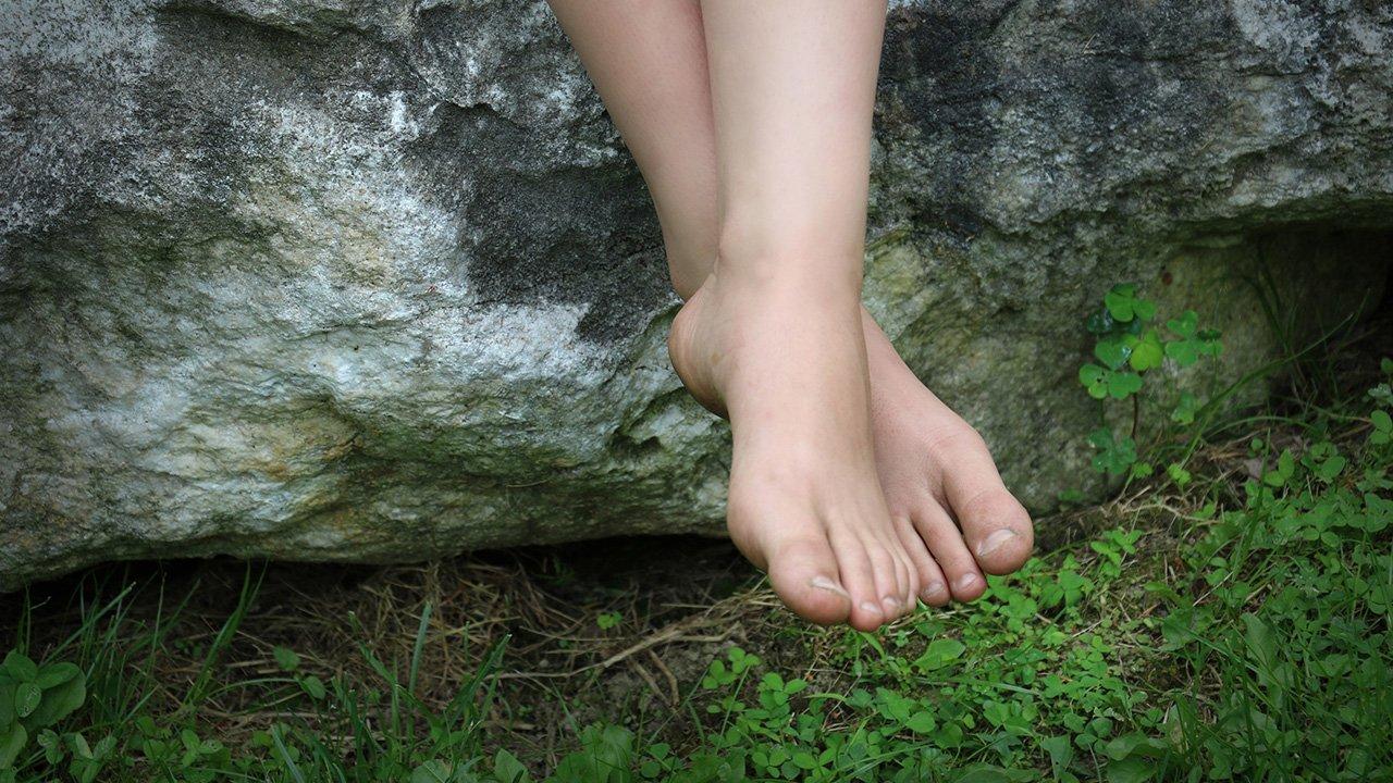 hängende Füße