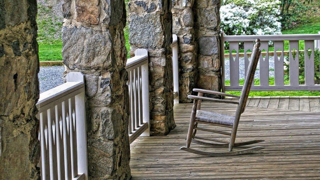 Terrasse mit Schaukelstuhl