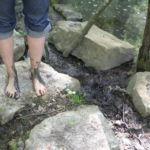 Füße im Matsch