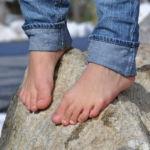 Füße auf Stein